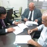 O presidente da OAB/RR, Jorge Fraxe (centro), o presidente da CAA/RR, Ronaldo Rossi (à esquerda), e o representante da Clínica, Fernando Antônio Aguiar Albuquerque (à direita), na hora da assinatura do convênio